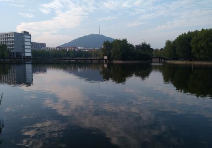 校园湖光景色